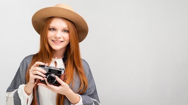 Modello con fotocamera e copia-spazio