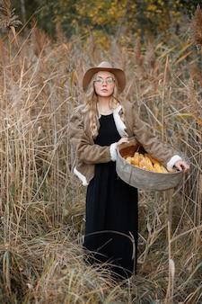 가을 마른 잔디에 옥수수와 모델