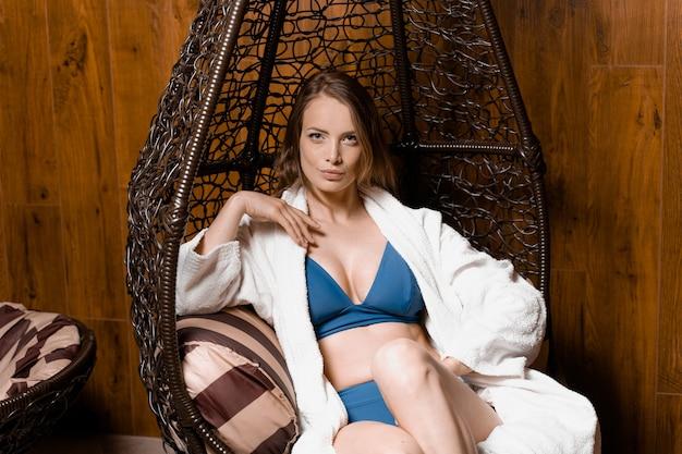 스파에서 목욕 가운에 완벽한 얼굴을 가진 모델. 젊은 여자의 뷰티 초상화입니다. 피부 및 바디 케어.