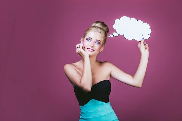 팝 아트 스타일로 젊고 아름다운 모델 여성, 페인트 칠한 구름 생각이 있는 분홍색 배경