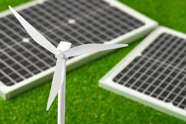 風車とソーラーパネルの代替エネルギー源のモデル