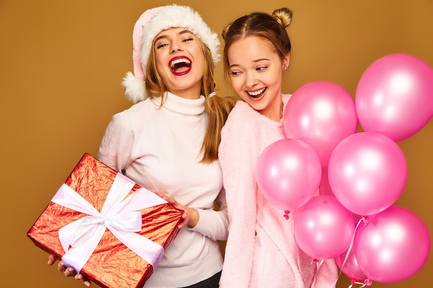 크리스마스에 큰 선물 상자와 분홍색 풍선이있는 모델