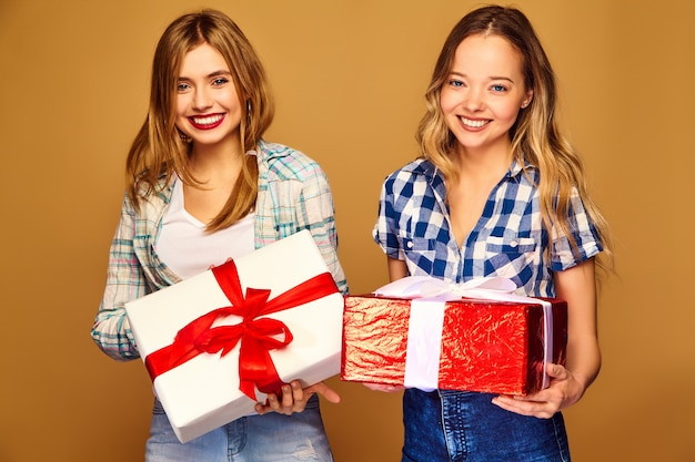 Models with big gift boxes posing