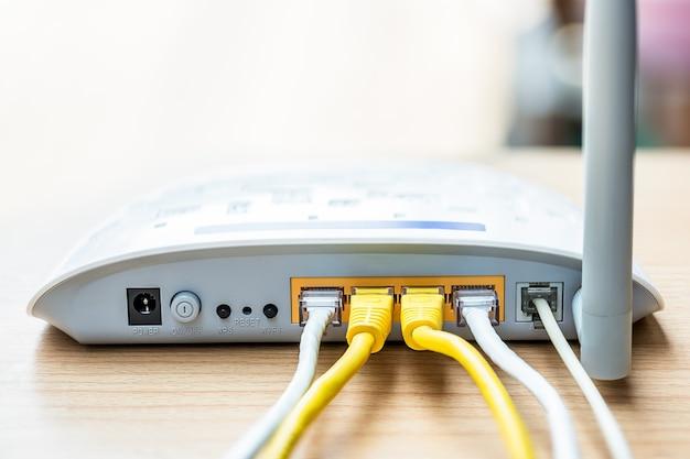 ケーブル接続付きのモデムルーターネットワークハブ