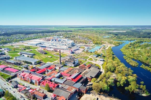 여름 날 도시 풍경에 모더 종이 공장 공중보기 산업 공장