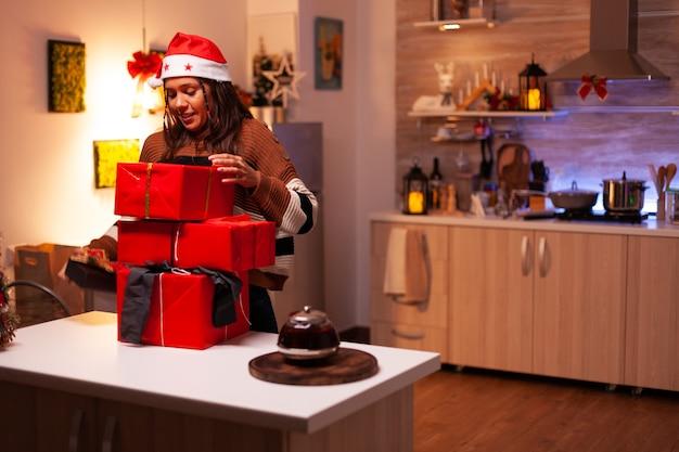 お祝いの家のカウンターでプレゼントボックスを移動する現代の大人