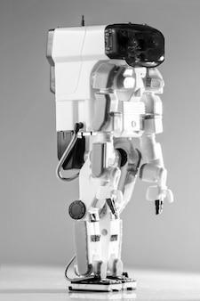 Современная передовая автономная игрушка-робот изолирована.