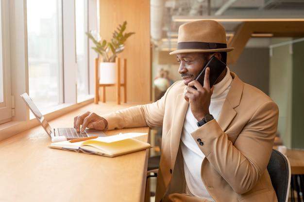 커피 숍에서 현대 아프리카 계 미국인 남자