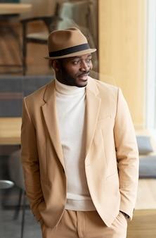 베이지 색 정장에 현대 아프리카 계 미국인 남자