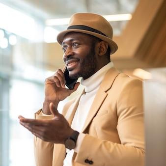 Uomo afroamericano moderno che lavora in un caffe