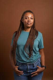 茶色でポーズをとる現代のアフリカ系アメリカ人女性