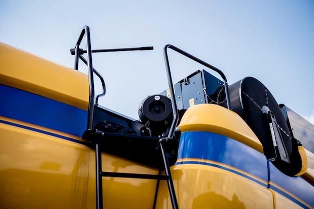 Современная сельскохозяйственная техника и оборудование. желтый сельскохозяйственный комбайн.