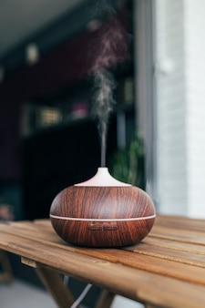 テーブルの上の現代の空気加湿器