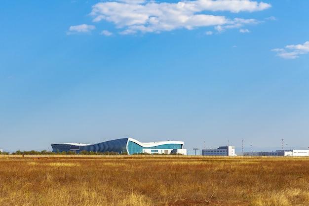 晴れた日にロシアの近代的な空港ターミナルビル