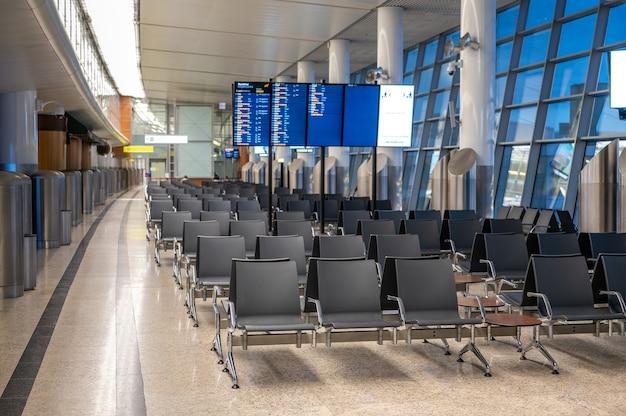 현대 공항 터미널 대기실. 빈 공항 터미널 대기실. 공항에서 빈 자리. 공항 대기실에서 빈의 자