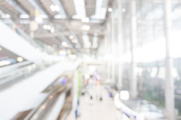 Moderno aeroporto con scale mobili