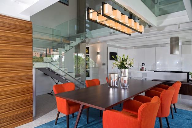 Современная и светлая столовая роскошной квартиры.