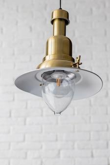 현대적인 스타일의 리셉션 영역에 장식 된 현대 및 산업 스타일 램프. 레트로 디자인 천장 콘 램프 장식 에디슨 전구. 검은 금속 스타일. 오리지널 빈티지 디자인