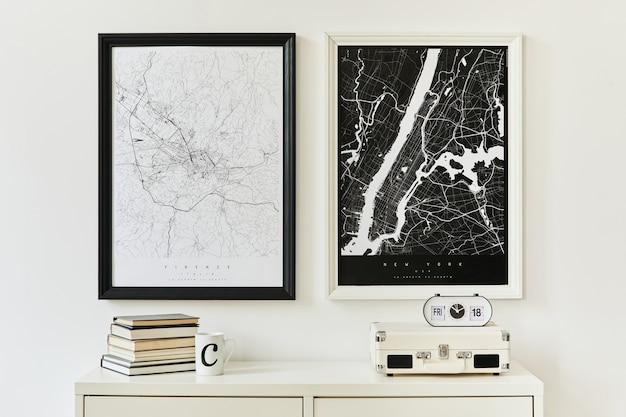 흰색 화장대, 장식, 책, 식물, 시계 및 우아한 개인 액세서리가 있는 모의 포스터 지도 2개의 현대적이고 미니멀한 개념. 주형.