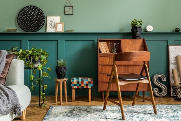Современная ретро-композиция интерьера домашнего офиса с деревянным шкафом, стулом, растениями, украшениями и элегантными личными аксессуарами. стильная винтажная концепция домашнего декора. обшивка деревом. шаблон.