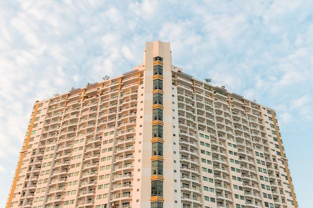 현대적이고 세련된 콘도 고층 주거용 건물