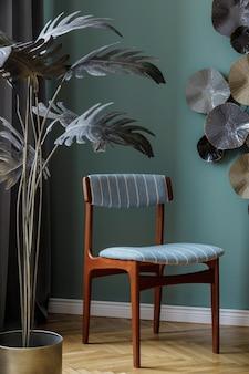 エレガントな椅子、銀色の植物、デザイン装飾が施されたモダンでスタイリッシュなダイニングルームのインテリア。レンプレート。室内装飾。緑の背景の壁。