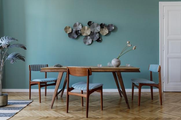魅力的な木製のテーブル、エレガントな椅子、デザインの装飾が施されたモダンでスタイリッシュなダイニングルームのインテリア。レンプレート。室内装飾。インテリアデザインのミニマルなコンセプト。