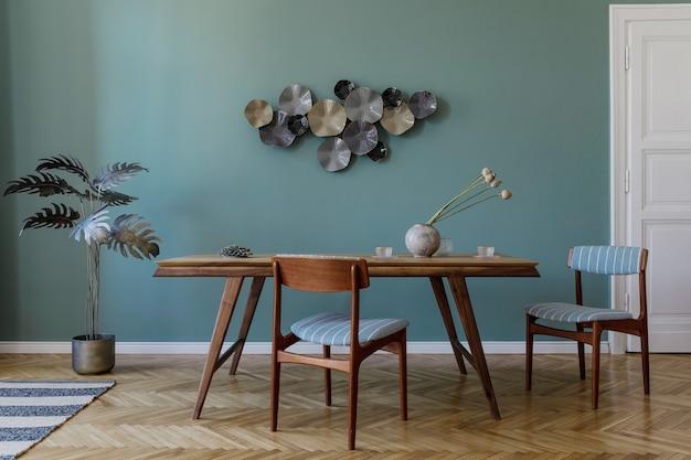 魅力的な木製のテーブル、エレガントな椅子、木製の寄木細工の床、デザインの装飾が施されたモダンでスタイリッシュなダイニングルームのインテリア。レンプレート。室内装飾。インテリアデザインのミニマルなコンセプト。