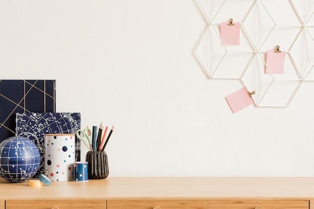 スカンジナビアの家の装飾のエレガントなアクセサリー、消耗品、メモ、メモスティック、鉛筆、オーガナイザーを備えたモダンでスタイリッシュな家のインテリア。ホームオフィスのコンセプト。テンプレート。スペースをコピーします。