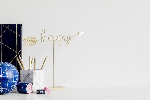 Современный и стильный домашний интерьер с элегантными аксессуарами, принадлежностями, заметками, палочками для заметок, карандашами и органайзером в скандинавском домашнем декоре. концепция домашнего офиса. шаблон. скопируйте пространство.