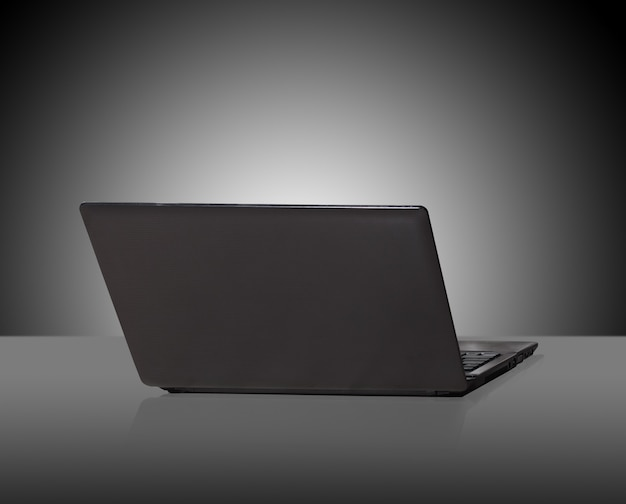 暗い背景にモダンでスタイリッシュなノートパソコン