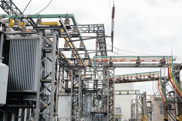 Современное и технологическое оборудование электрической подстанции крупным планом. энергия. промышленность.