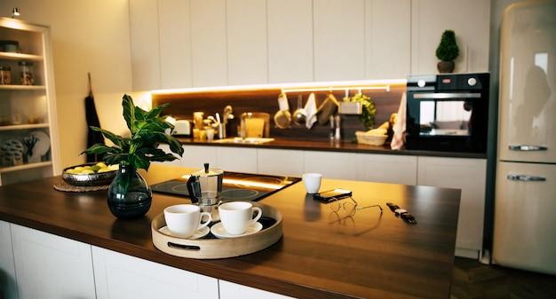 木製の島のある新しい豪華な家のモダンでテクノロジーなキッチン