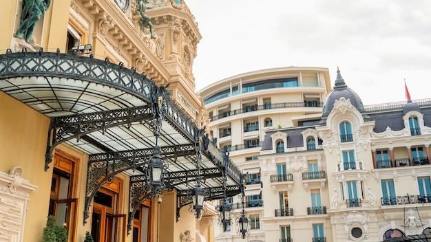 Современные и традиционные здания в монте-карло, монако