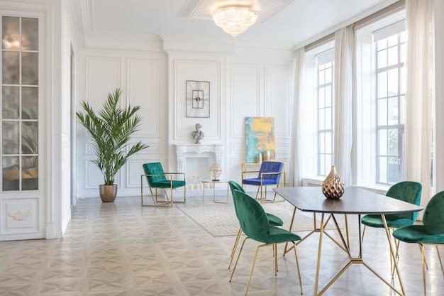 ゴールドの要素を備えたファッショナブルな家具を備えた大きなワンルームマンションのモダンで非常にスタイリッシュなインテリアデザイン。