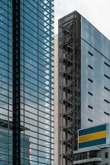 대낮에 현대 아파트 및 사무실 건물