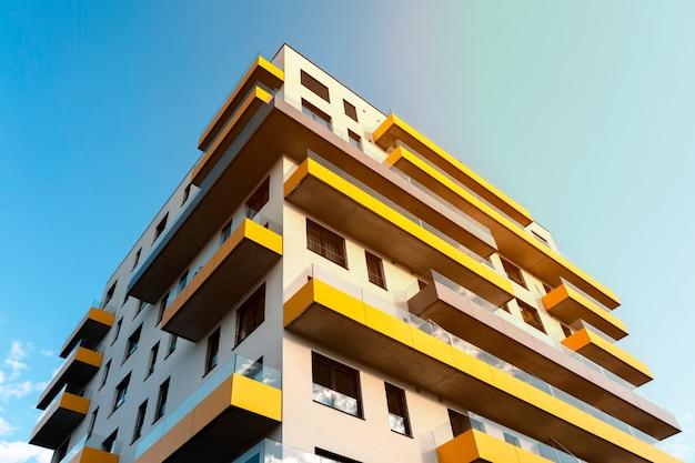 대형 발코니가있는 현대적인 아파트 건물입니다. 화창한 날에 고급 아파트 외관
