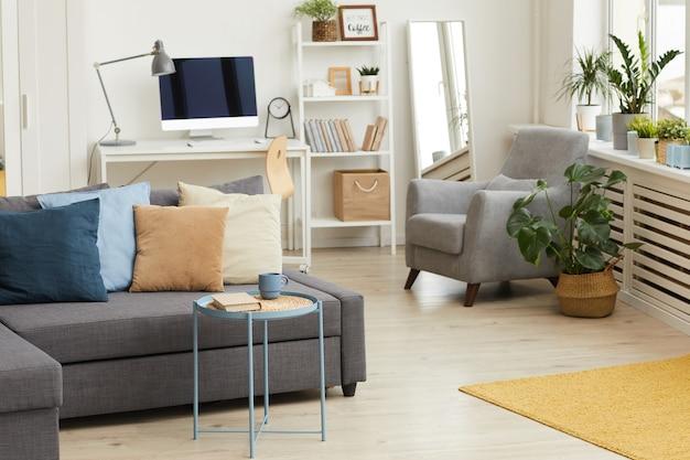 Современный интерьер квартиры в серо-белых тонах и акцент на диван с элементами декора