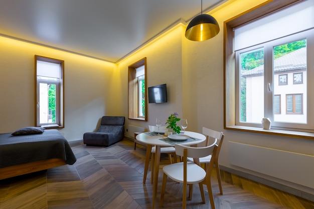아름다운 가구를 갖춘 현대적인 아파트 로프트 스타일의 객실