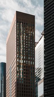 Appartamenti moderni e edifici per uffici alla luce del giorno