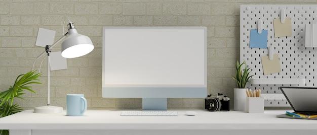 Рабочее место в современной квартире с настольным компьютером на пустом экране и прочее в современной кирпичной стене