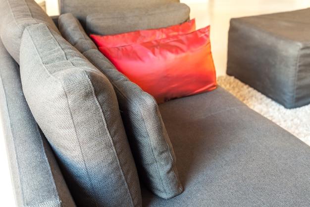 В современных квартирах уютная мебель: диван с подушками.