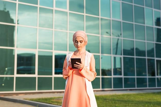 Современная арабская женщина с планшетным компьютером
