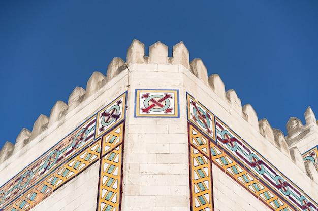 青い空にモダンなアラビア風の建物