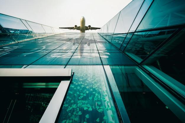 近代建築と航空機の背景