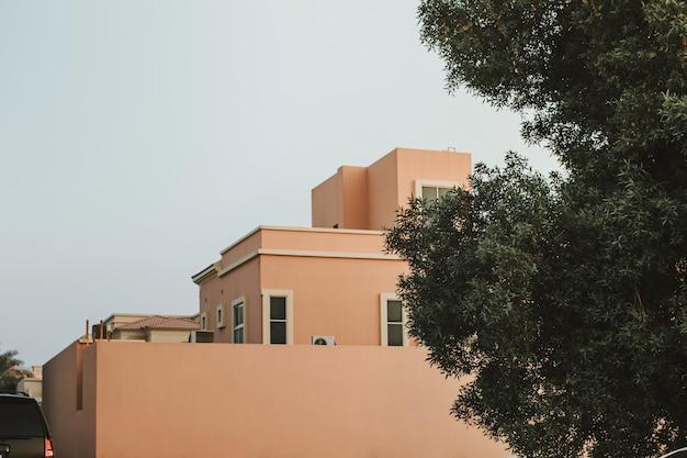 青い空と街のモダンな建築エレガントな桃色のヴィラの家の建物