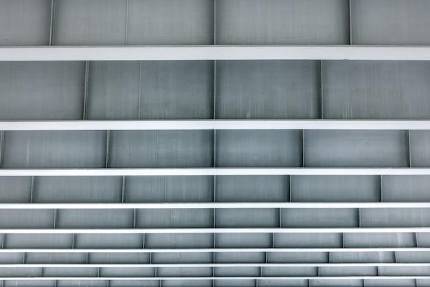 Современная архитектура здания минимализма. вид из-под металлической конструкции серого цвета с ровной рамкой.