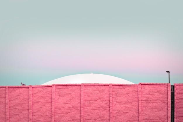 현대 건축, 분홍색 벽돌 벽 뒤에 ufo