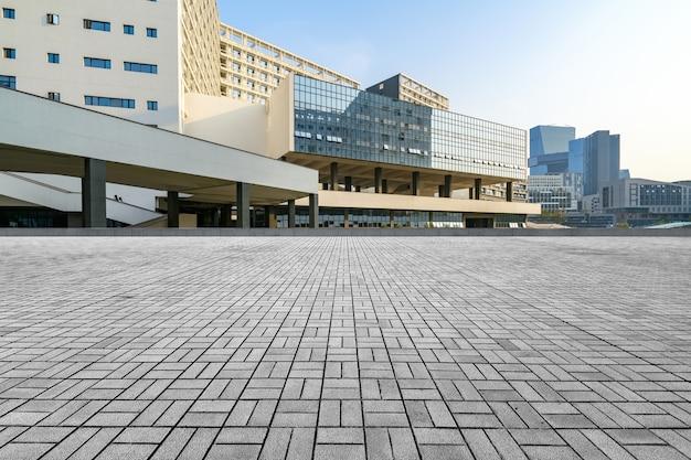 中国の深セン大学の空のコンクリート広場と近代建築