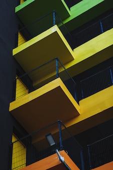 駐車場の黄色の要素を持つ近代建築